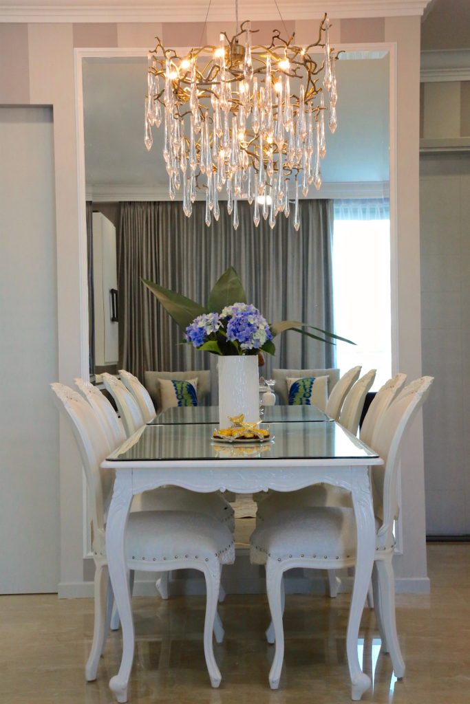 chandelier.crystals.hydrangea.diningtable.chairs.white.mirrors.sugarbakers.stripewall.diningchairs.interiordesign.interiordecor.decor